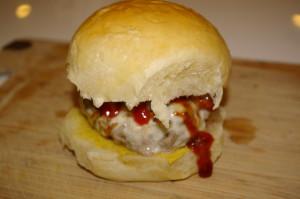 Fertiger Burger mit selbstgebackenem Bun
