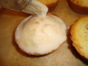 Vanille Muffins werden Glasiert