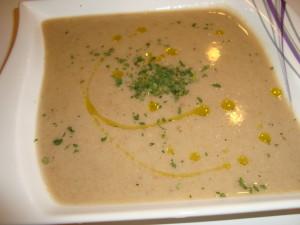 Brotsuppe mit Petersilie und Olivenoel garniert