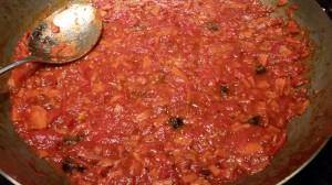 Penne in Tomaten soße mit Oliven Basilikum und Pecorino (1)