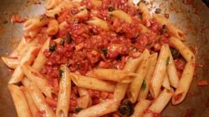 Penne in Tomaten soße mit Oliven Basilikum und Pecorino (4)